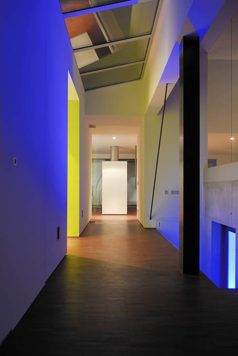 Droomhuis met 'Ambylight':  Gang en hal door Lab32 architecten