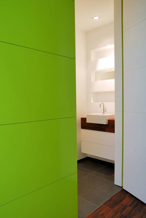 Droomhuis met 'Ambylight': moderne Badkamer door Lab32 architecten