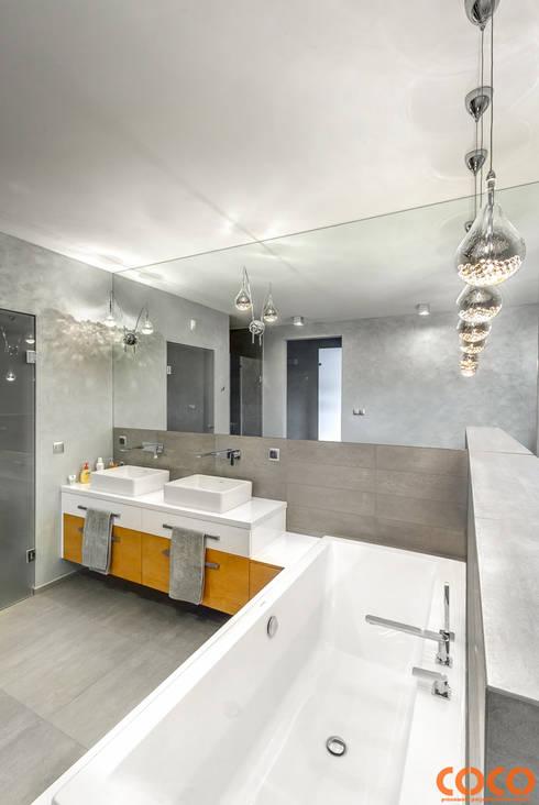 Dom w szarościach: styl , w kategorii Łazienka zaprojektowany przez COCO Pracownia projektowania wnętrz