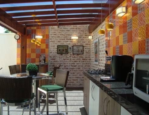 Área Externa – Reforma Residencial ( Condomínio Campos do Conde I ) – Tremembé – SP: Terraços  por Fernanda Marcondes Arquitetura &  Interiores