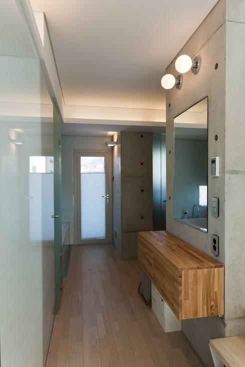 통인동 스튜디오하우스: 제이에이치와이 건축사사무소의  드레스 룸