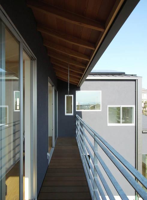 DROP ON LEAF: 充総合計画 一級建築士事務所が手掛けたベランダです。