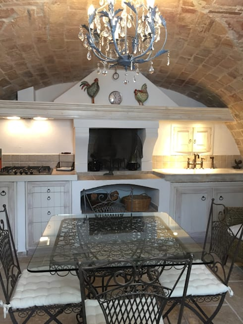 Veduta centrale: Cucina in stile in stile Mediterraneo di Creazionedatmosfere