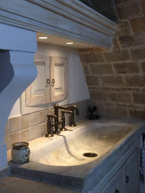 Cucina terminata: Cucina in stile in stile Mediterraneo di Creazionedatmosfere
