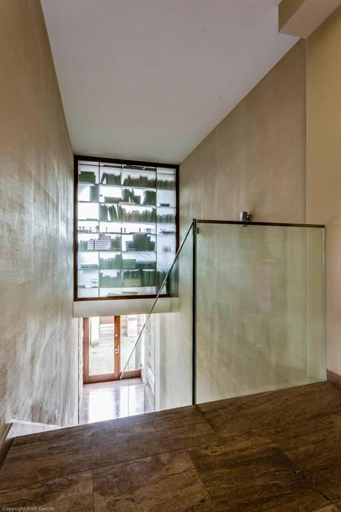 Apartment w Libertowie pod Krakowem: styl , w kategorii Korytarz, przedpokój zaprojektowany przez Biuro Projektowe Pióro