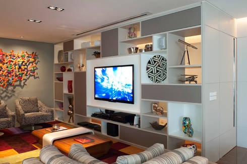 Living Com Estante que Divide Ambientes: Salas de estar modernas por KTA - Krakowiak & Tavares Arquitetura