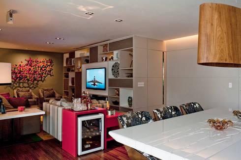 Living Com Adega: Salas de estar modernas por KTA - Krakowiak & Tavares Arquitetura