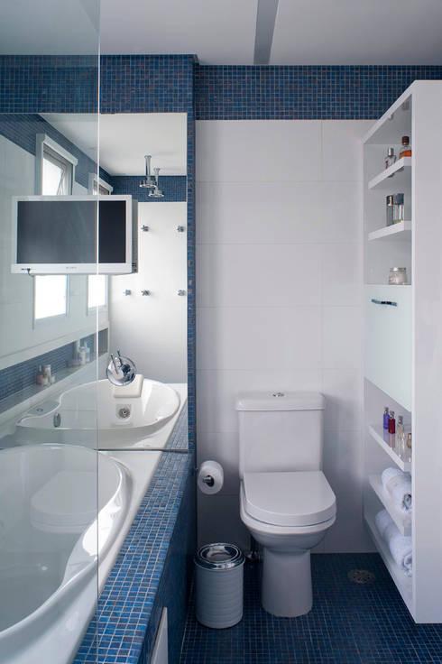 Banheiro com TV: Banheiros modernos por KTA - Krakowiak & Tavares Arquitetura