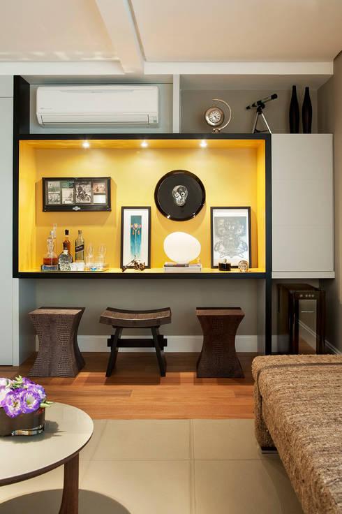 Marcenaria Personalizada e Iluminação Pontual: Salas de estar  por KTA - Krakowiak & Tavares Arquitetura