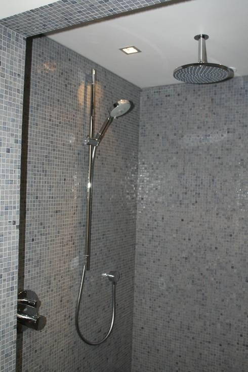 Hoofddouche met glijstang en handdouche:  Badkamer door Bad & Design