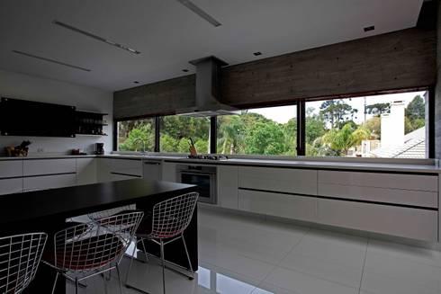 Casa | LM |: Cozinhas modernas por Marcos Bertoldi