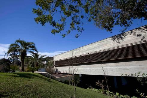 Casa | LM |: Salas de estar modernas por Marcos Bertoldi
