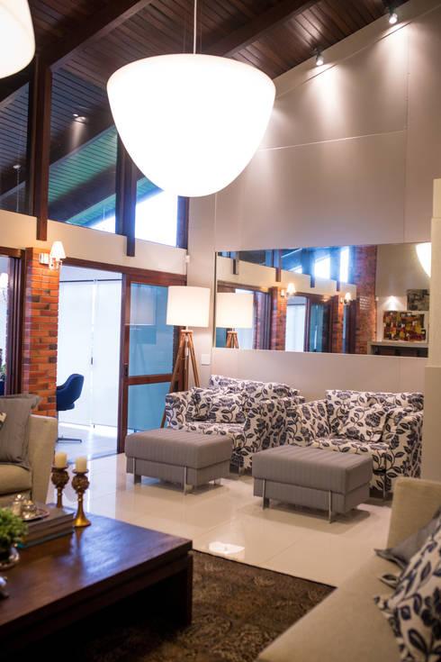 Casa na praia: Salas de estar clássicas por Joana & Manoela Arquitetura
