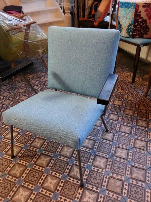 studio zipp: meubelstoffering in zowel klassieke, als moderne vorm: moderne Woonkamer door studio zipp