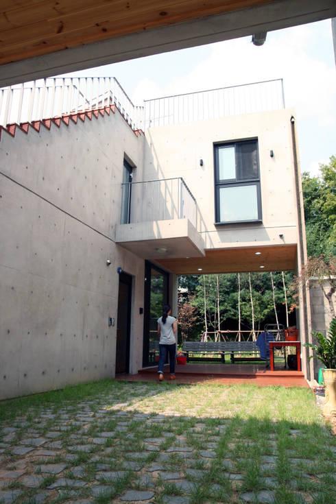 JakDong House 작동 주택: archim architects의