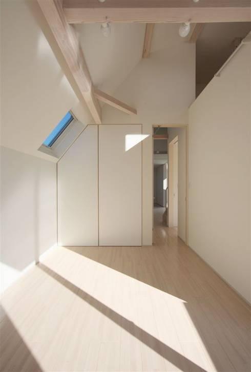 趣味の地下空間をもつコートハウス: 充総合計画 一級建築士事務所が手掛けた寝室です。