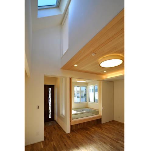 東山の住宅: 辻史彰建築研究所が手掛けたリビングです。