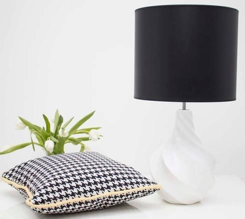 Black and White ...always lamp: Sala de estar  por ORCHIDS LOFT