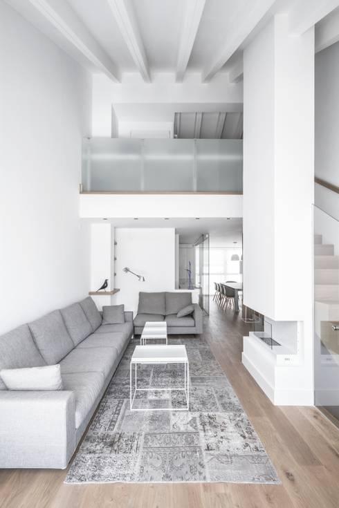 Ático en Valencia: Salones de estilo minimalista de Hernández Arquitectos