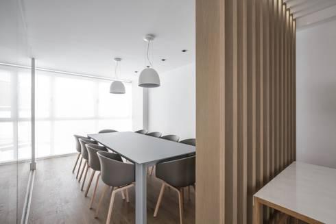 Ático en Valencia: Comedores de estilo minimalista de Hernández Arquitectos