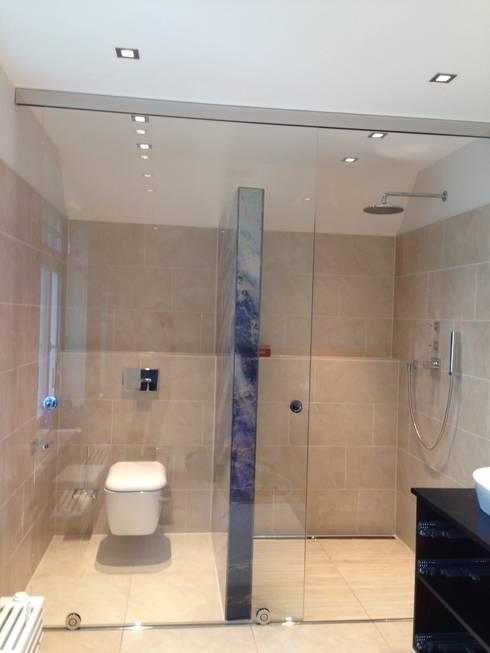 leuchtk rper aus digital bedrucktem glas als raumteiler zwischen wc und duschraum mit schiebet r. Black Bedroom Furniture Sets. Home Design Ideas