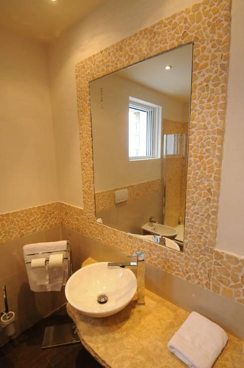 Vista del lavabo : Bagno in stile in stile Mediterraneo di CARLO CHIAPPANI  interior designer