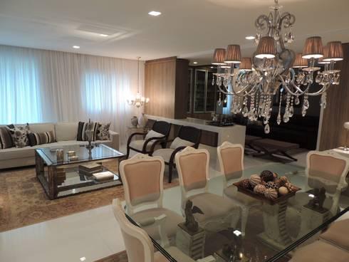 Apartamento LB: Salas de estar clássicas por Roesler e Kredens Arquitetura