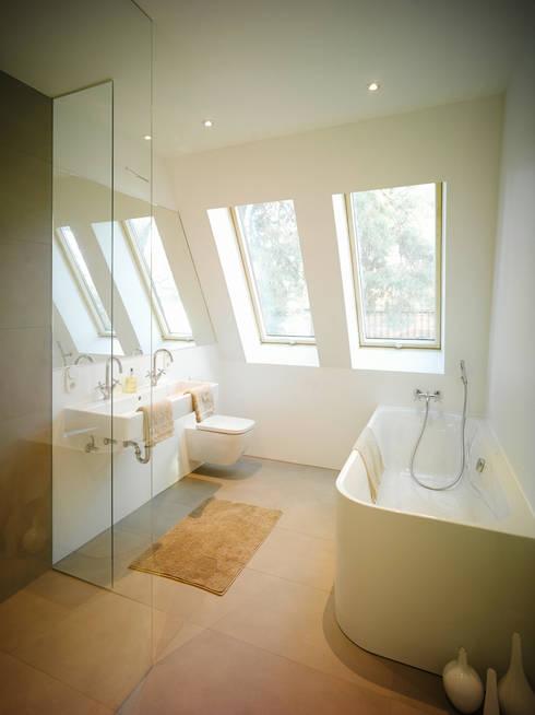 S82 ein modernes Baumhaus:  Badezimmer von rundzwei Architekten