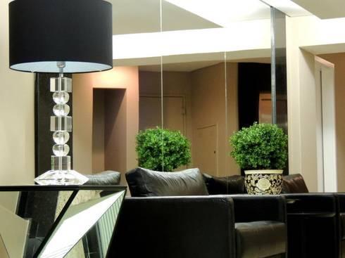 Hall Edifício Puerta del Sol: Corredores e halls de entrada  por Roesler e Kredens Arquitetura