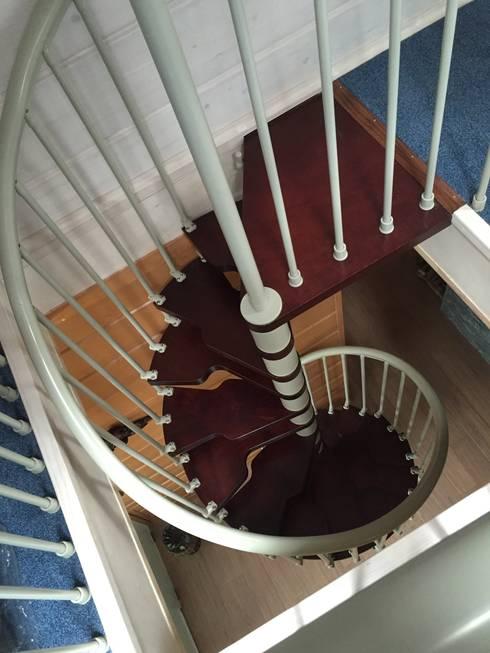 Семейный SPA комплекс в пригороде Петербурга: Прихожая, коридор и лестницы в . Автор – Format A5 Fontanka