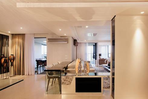 projeto  FT : Salas de estar modernas por Camila Bruzamolin - arquitetura