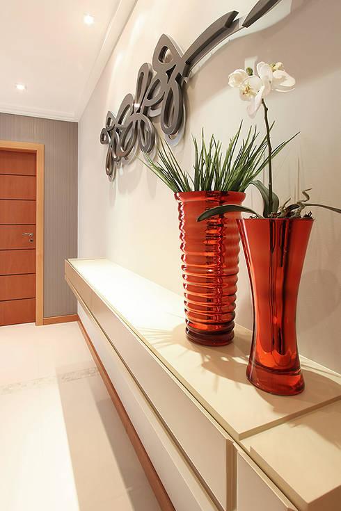 Pasillos y recibidores de estilo  por Camila Bruzamolin - arquitetura