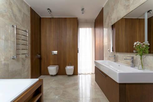 ДОМ В ПОСЕЛКЕ ПОЛИВАНОВО: Ванные комнаты в . Автор –  Aleksandr Zhydkov Architect