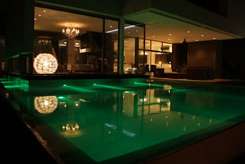 Piscina nocturnas: Piletas de estilo moderno por PARQUEARTE  Piscinas como iconos de diseño.