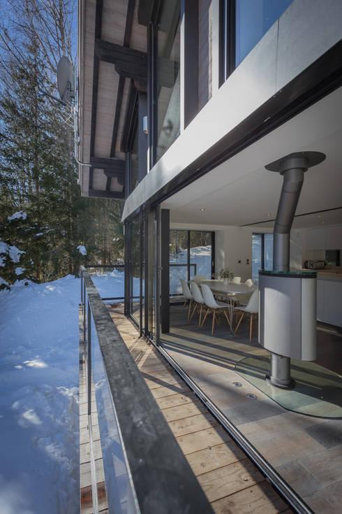 Dag Chamonix: Terrasse de style  par Chevallier Architectes