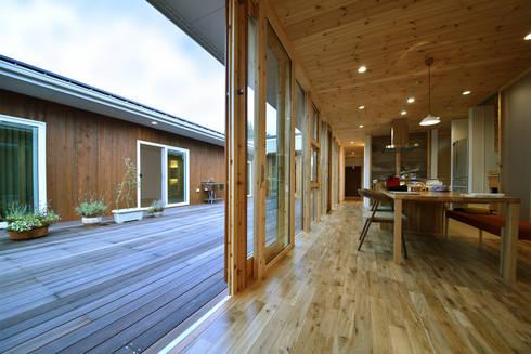 Taketoyo U House: 木の家株式会社が手掛けたリビングです。