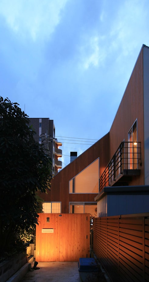 H邸-路地より: 株式会社sum designが手掛けた家です。