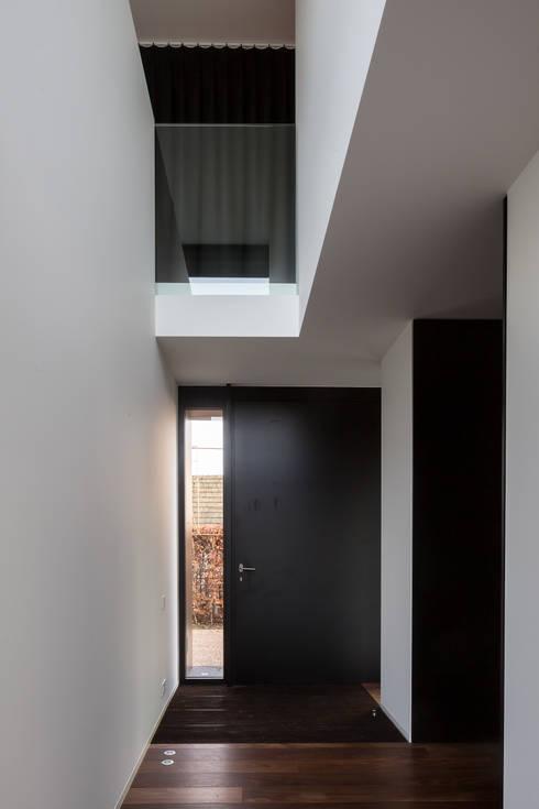 house + swimming pool VWB | afsnee:  Gang en hal door CAAN Architecten