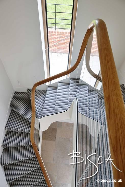 Projekty,  Korytarz, przedpokój zaprojektowane przez Bisca Staircases