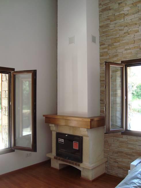 Salas / recibidores de estilo rural por MODULAR HOME
