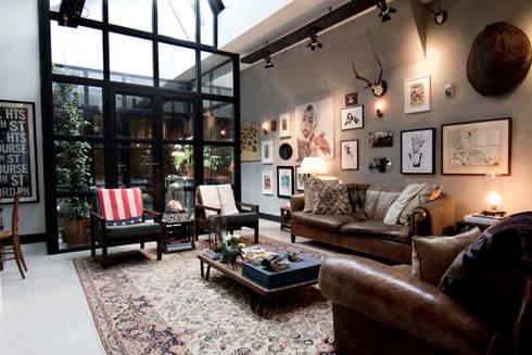 Industriale wohnzimmer von bricks studio