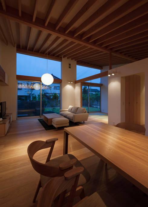稲荷台の家: プラスデザイン1級建築士事務所が手掛けたリビングです。