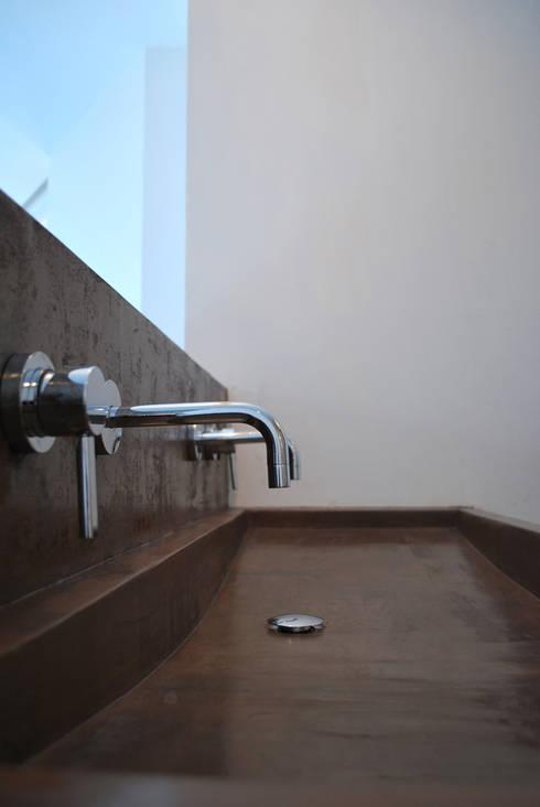 Béton Ciré: Salle de bains de style  par ARTS BETON DESIGN - Créateur de béton haute couture