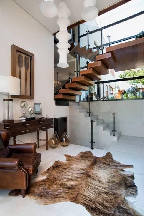 Pasillos y recibidores de estilo  por Elmor Arquitetura