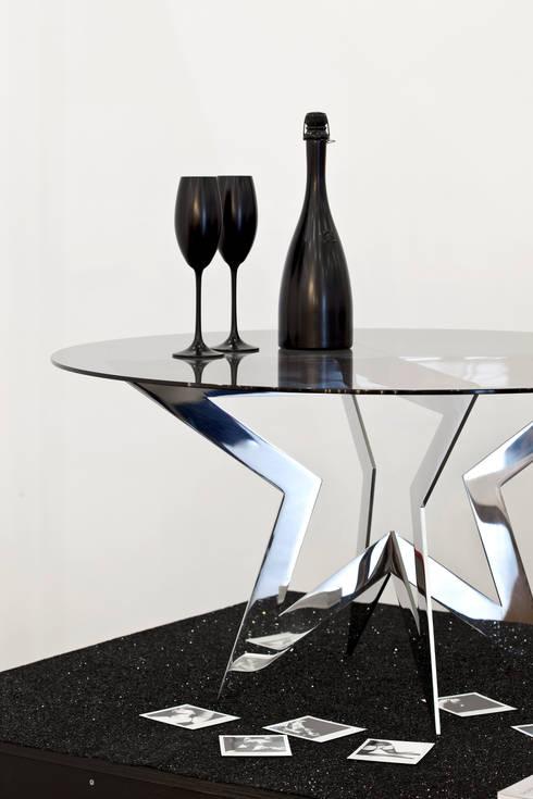 STAR.K COFFEE TABLE HANDPOLISHED:  Wohnzimmer von SHOWTIME DESIGN
