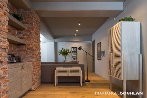 Estar familiar: Salas multimedia de estilo industrial por MARIANGEL COGHLAN
