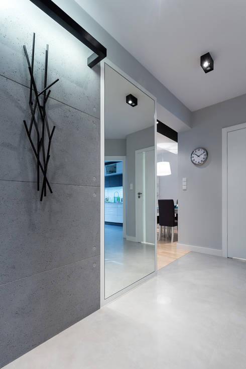 Pasillos y recibidores de estilo  por Contractors
