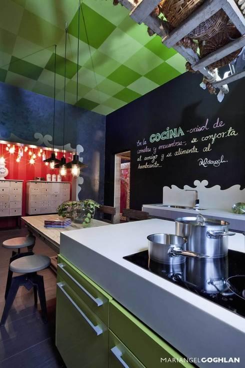 Cocina y pantry en Design House en DWM: Cocinas de estilo  por MARIANGEL COGHLAN