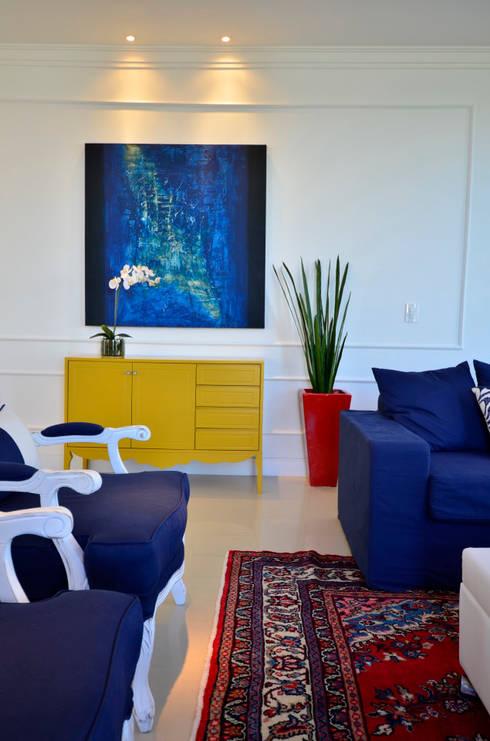 Casa de Praia Azul Marinho: Salas de estar ecléticas por marli lima designer de interiores