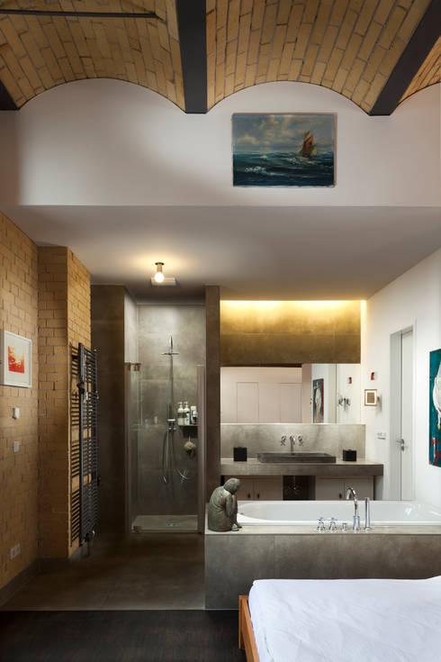 Offener Schlaf- und Badezimmerbereich:  Badezimmer von 16elements GmbH